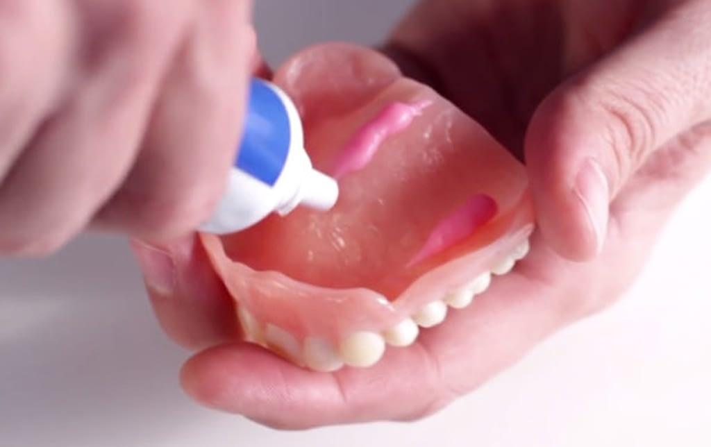 ТОП-10 кремов для фиксации зубных протезов